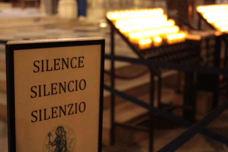 Silence sign in Notre Dame Cathedral