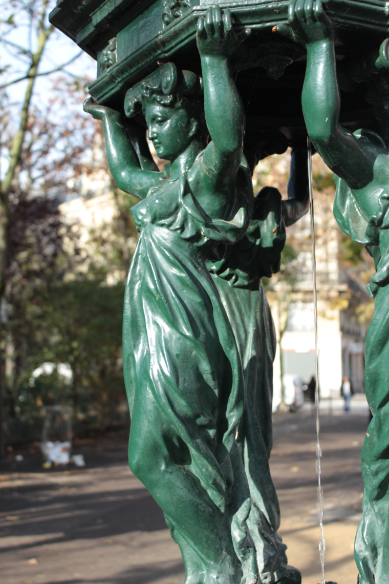 A water fountain statue in Paris