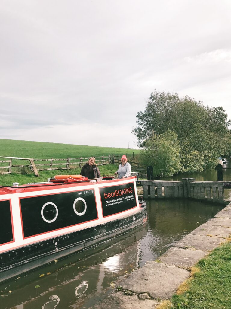 canal boat hire yorkshire - bearboating: on board MollyMoo boat