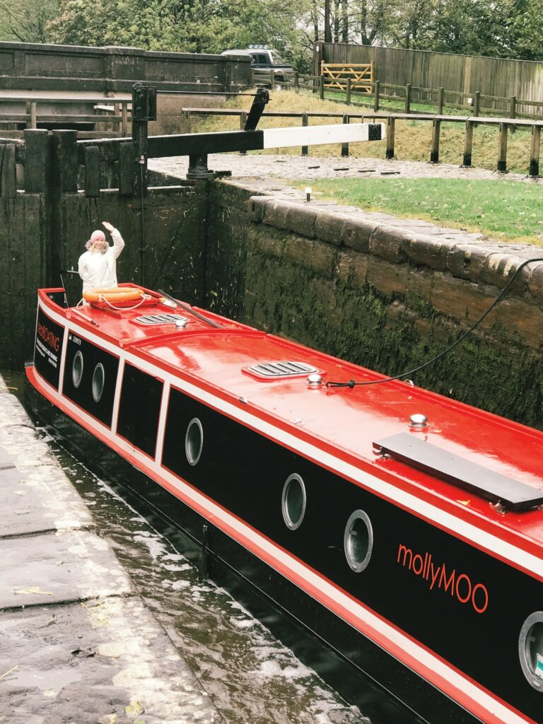 canal boat hire yorkshire - bearboating: MollyMoo in lock