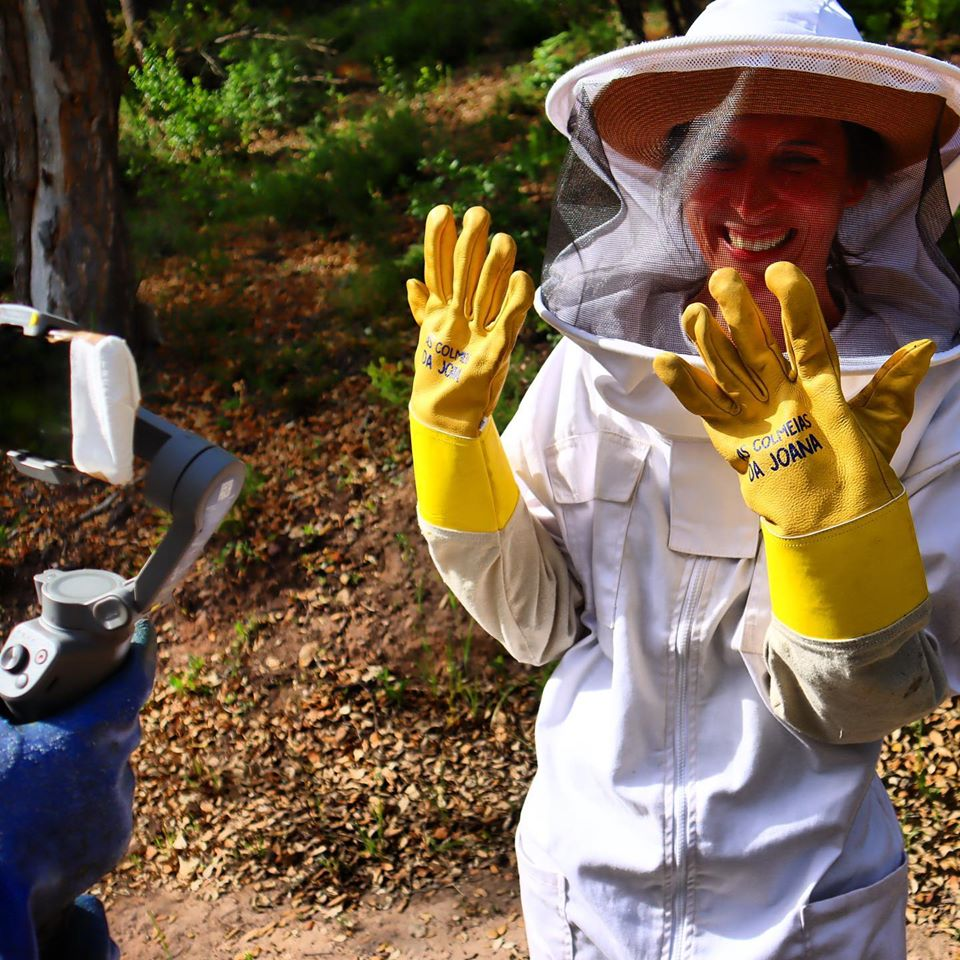 joana botto's beekeeping experience - holding bees