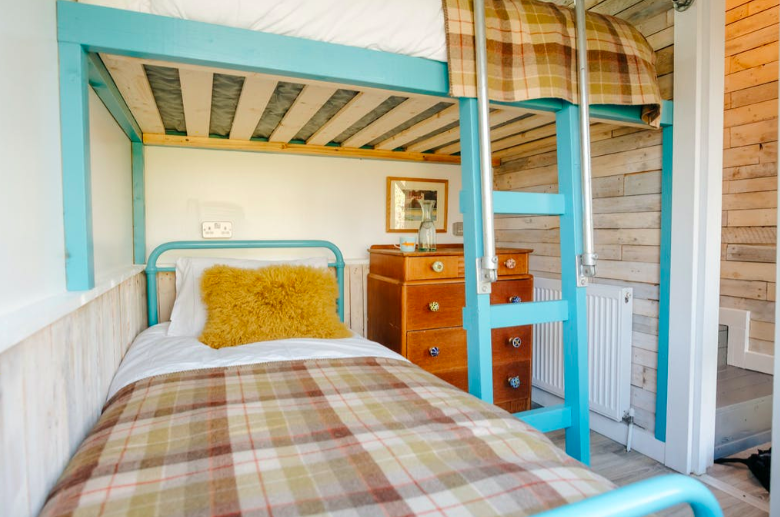 Eirlys log cabin the gower, wales bedroom bunk beds