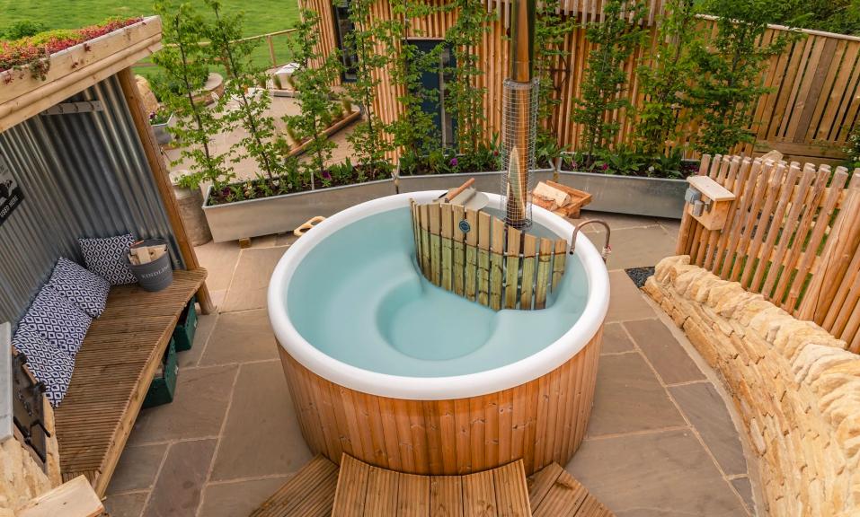 Malvern Hills Log Cabin in the Malverns - hot tub