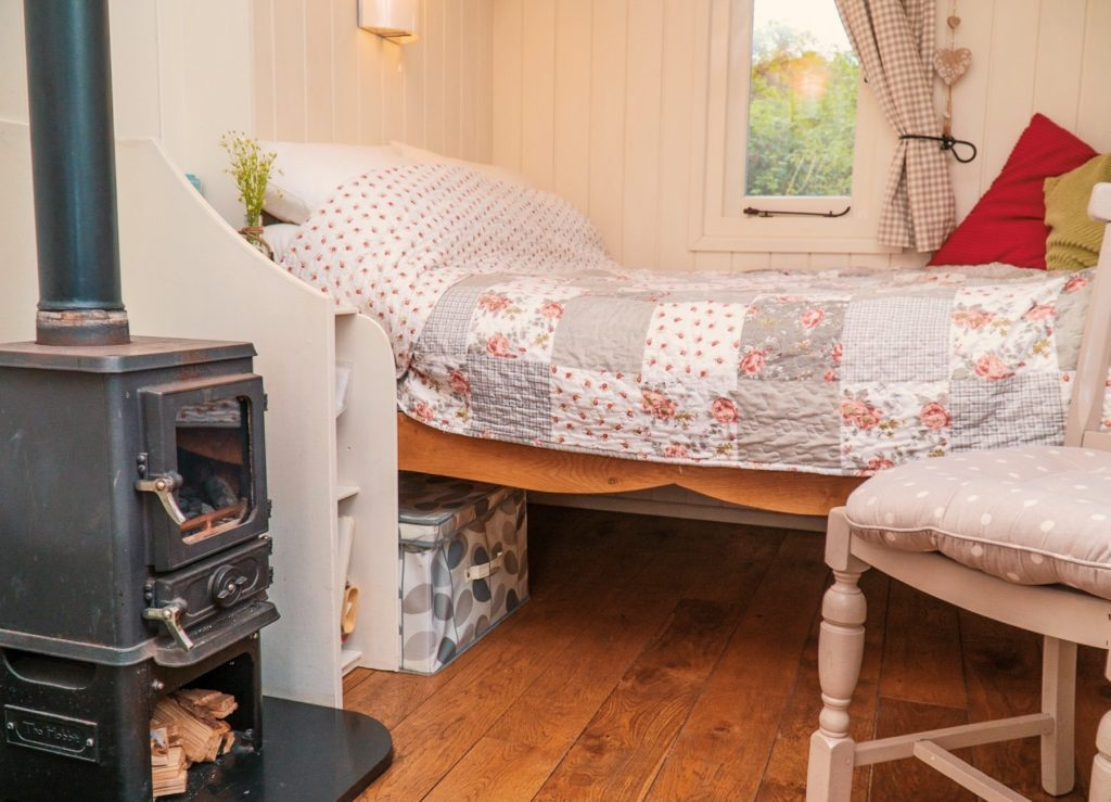 The Hut in The Sheep Wash - Ulverston glamping bed and log burner