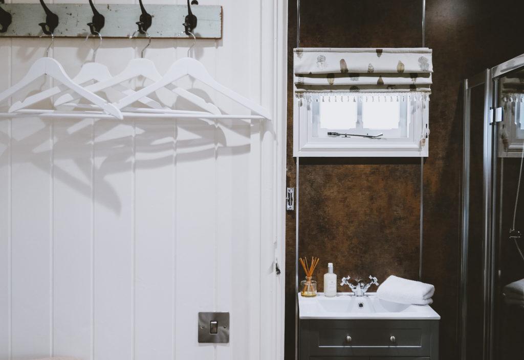 Lemore Manor in herefordshire: shepherd's hut bathroom