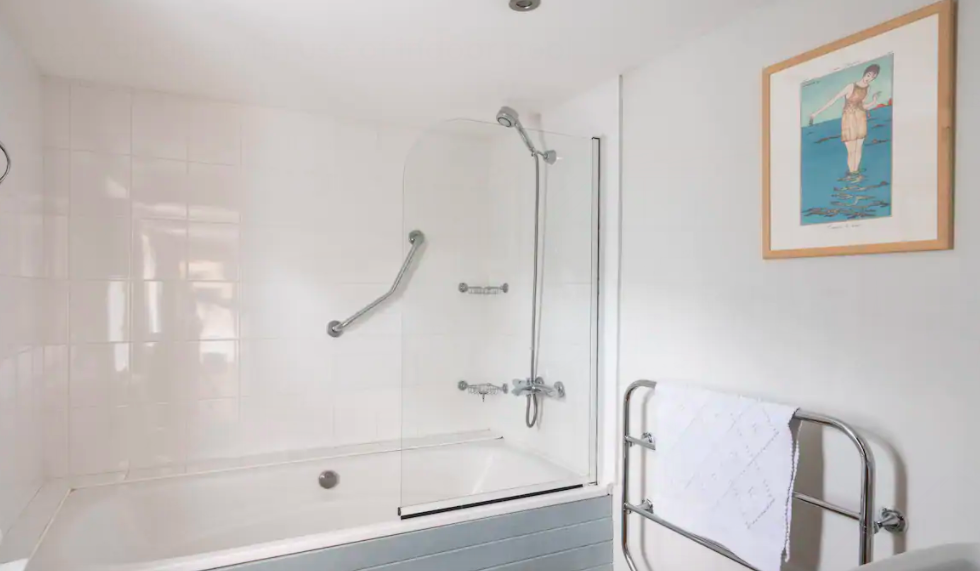 The Old Dairy Sussex - Self Catering Cottage with Indoor pool - bathroom