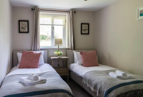 The Old Dairy Sussex - Self Catering Cottage with Indoor pool - twin bedroom