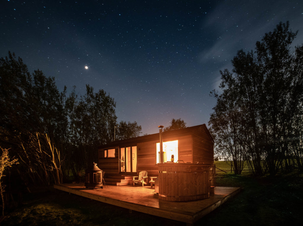 log-cabin-sussex-coddiwomple at night