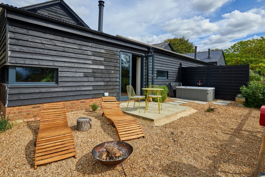 bethnal&bec-logcabin-hertfordshire-outside cabin