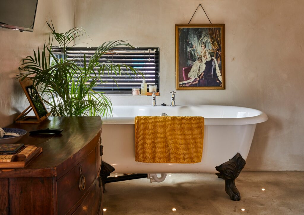bethnal&bec-logcabin-hertfordshire- roll top bath