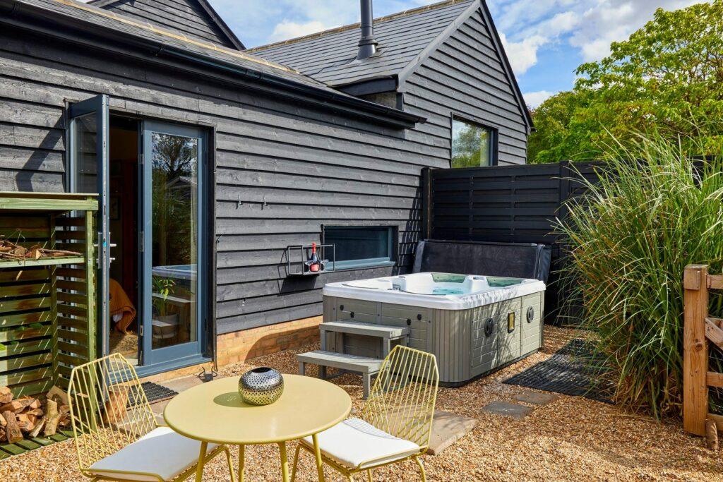 bethnal&bec-logcabin-hertfordshire-hot tub and patio