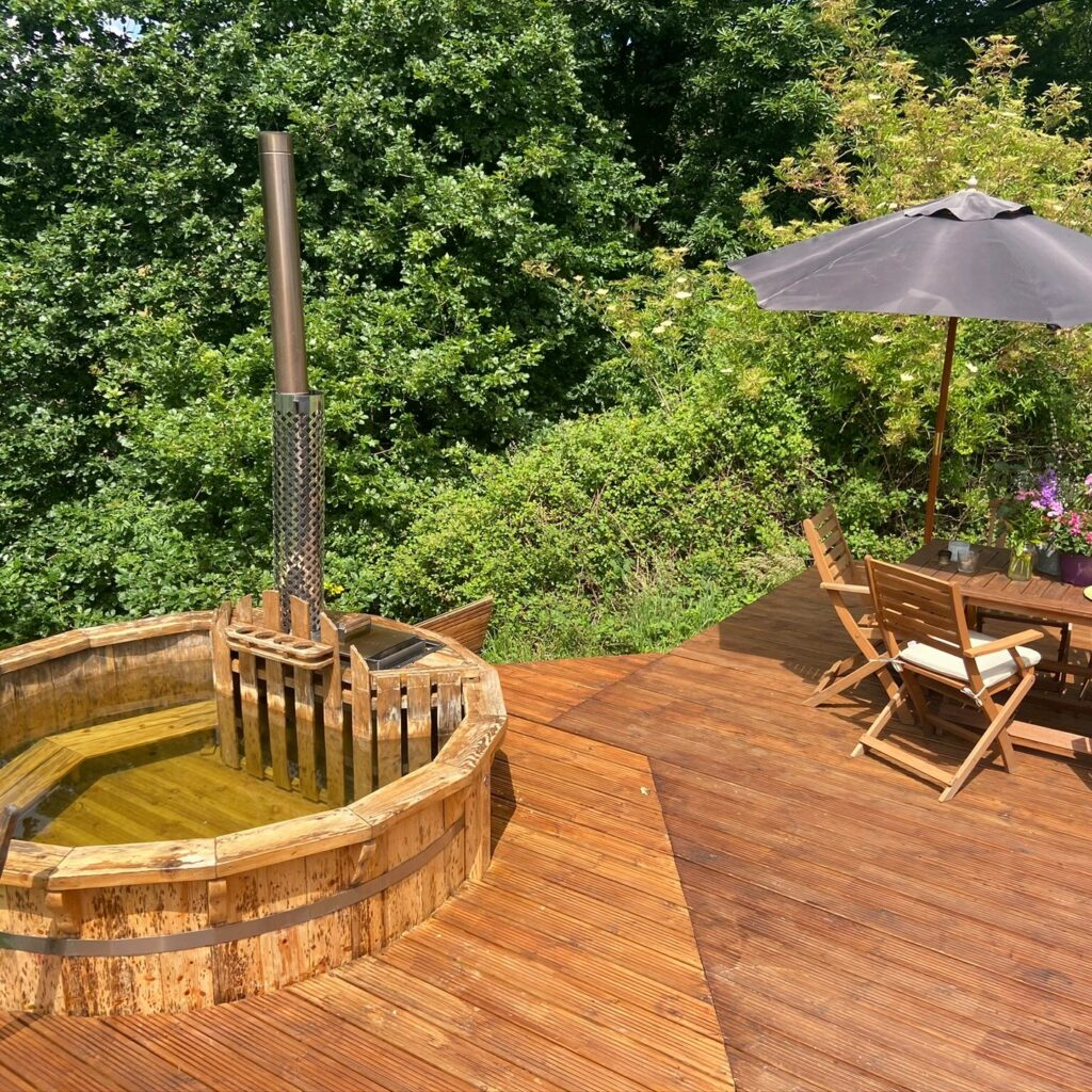 mrs-mills-yurts-forest-of-dean-glamping hot tub and deck