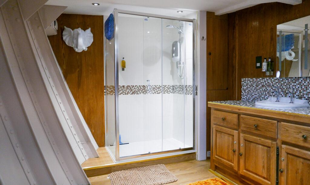 SULA-Lightship-Gloucester-Docks shower room