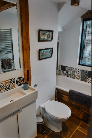 self-catering-ross-on-wye The Hayloft at Mad Dogs and Vintage Vans: bathroom