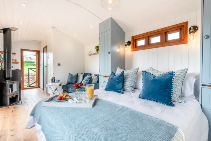 glamping-looe-daisy-park-hut - bed and breakfast