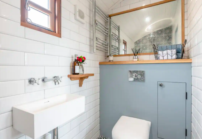 glamping-looe-daisy-park-hut - bathroom
