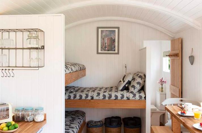 The Enchanted Wardrobe Conrwall Shepher's Hut - bunk beds