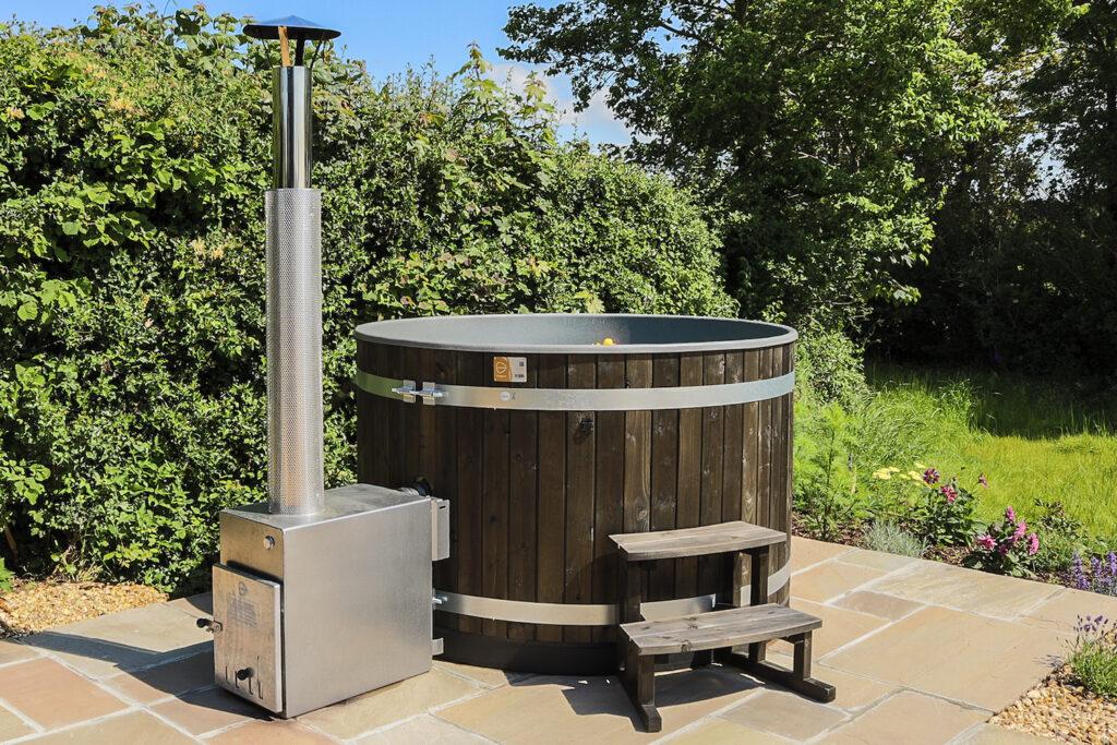 glamping-looe-daisy-park-hut - hot tub